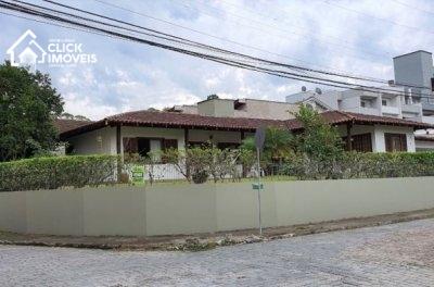 Ampla casa térrea com 4 dormitórios, sendo 1 suítes com hidromassagem, no bairro da velha