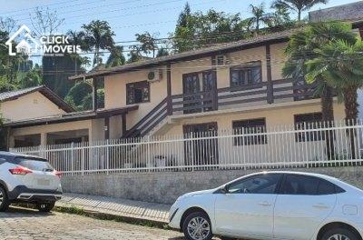 Excelente casa com 3 dormitórios, sendo 1 suíte no bairro da Velha.